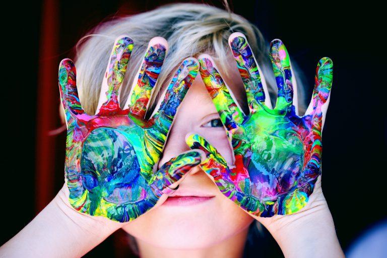 Meitene rāda rokas